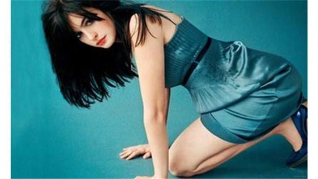 Anne Hathaway'den cesur pozlar